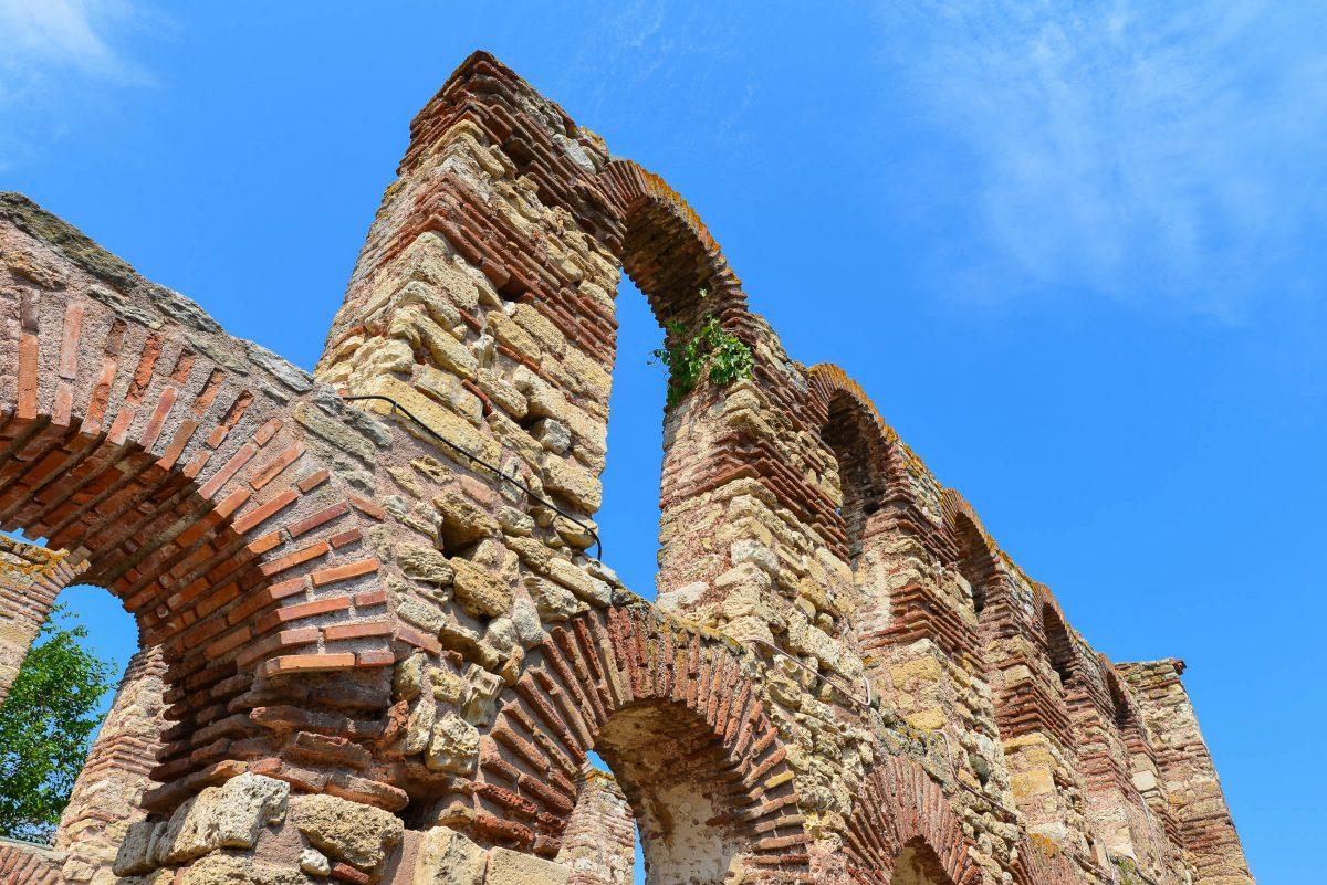 Die Ruinen der Alten Metropolis-Kirche in der Altstadt von Nessebar stammen aus dem 5. Jahrhundert und sind heute noch eindrucksvoll anzusehen, Bulgarien - © FRASHO / franks-travelbox
