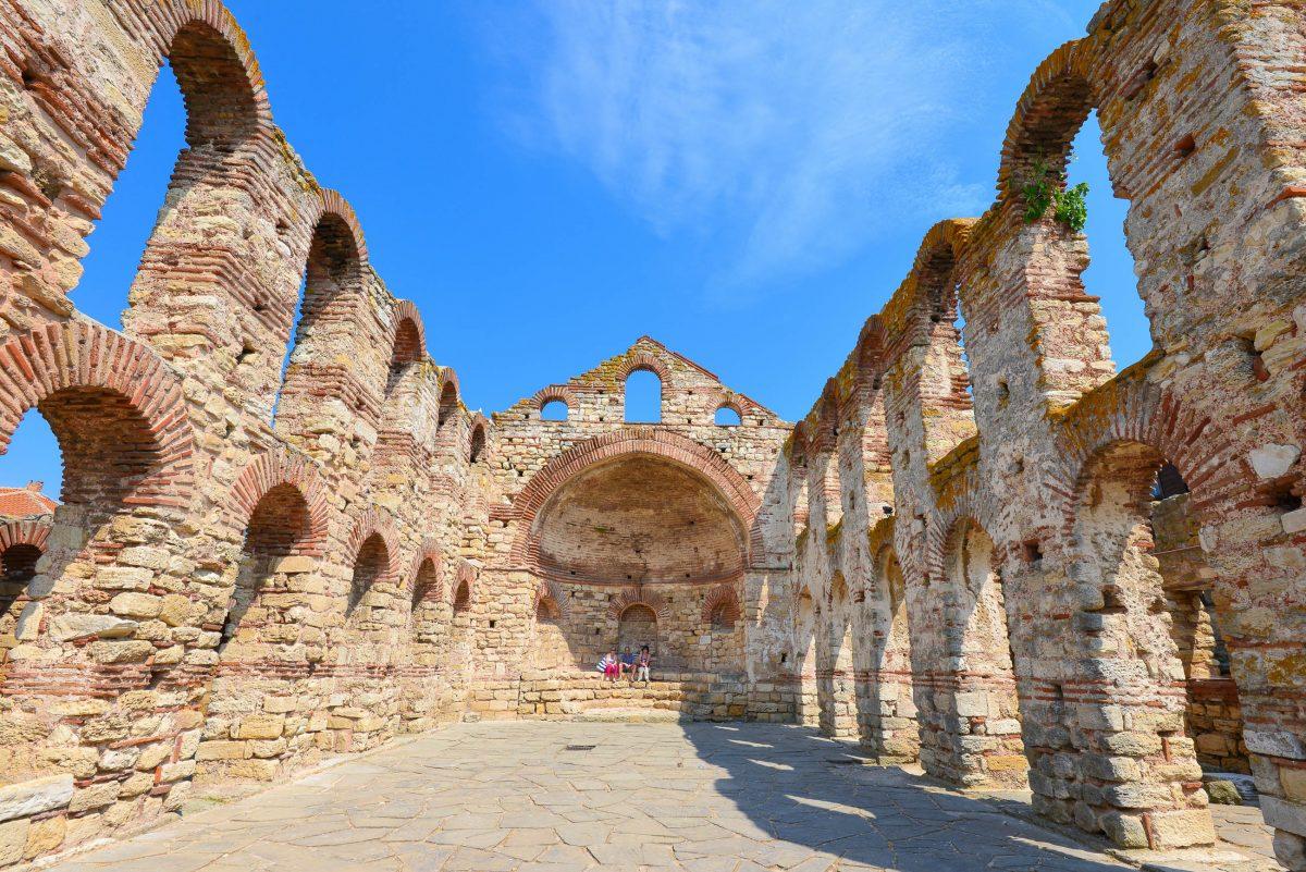Die Überreste der Alten Metropolitenkirche in der Altstadt von Nessebar, Bulgarien, gehen noch auf das 5. bis 6. Jahrhundert zurück - © FRASHO / franks-travelbox