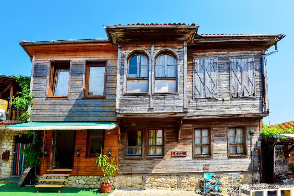 """Steinerne Mauern und Holzwände kennzeichnen die Häuser des """"Schwarzmeer-Typus"""" in der Altstadt von Nessebar, Bulgarien - © FRASHO / franks-travelbox"""