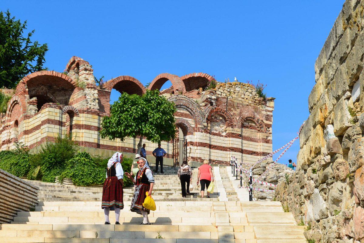Zu Füßen der Kirche des Hl. Johannes Aliturgetos sind noch Reste der alten Stadtmauer von Nessebar zu sehen, Bulgarien - © FRASHO / franks-travelbox