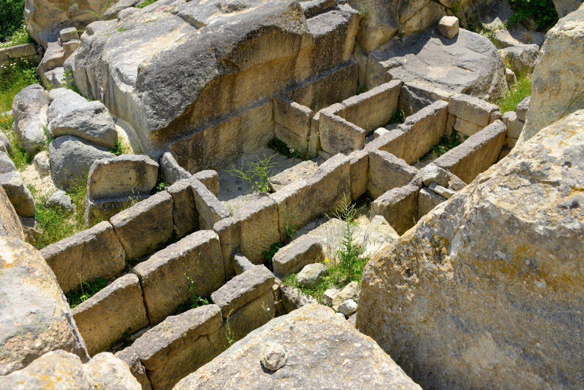 Auch die Grabstätten in Perperikon, einer uralten Thraker-Stadt im Süden von Bulgarien, wurden direkt in den Fels gehauen - © FRASHO / franks-travelbox