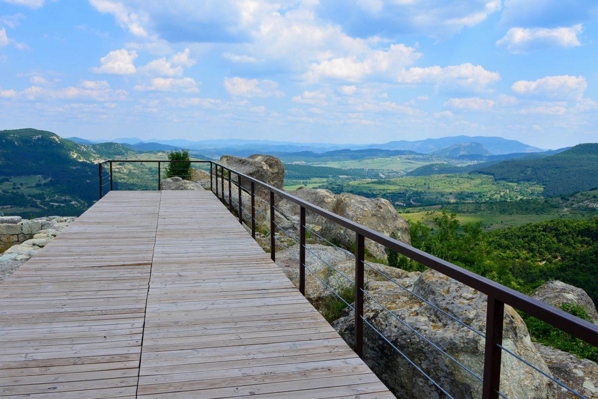 Beinahe noch spektakulärer als die uralte Felsenstadt ist der sensationelle Rundumblick, der sich von dem Hügel von Perperikon auftut, Bulgarien - © FRASHO / franks-travelbox
