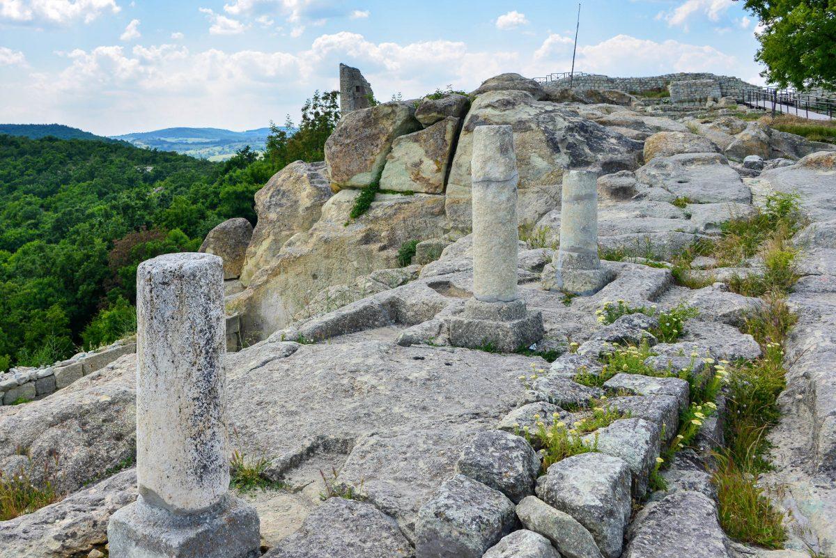 Die Thraker errichteten die Stadt Perperikon mit Mauern, Höhlen, Königspalast und Festung, von der bis heute noch ein Turm erhalten ist, Bulgarien - © FRASHO / franks-travelbox