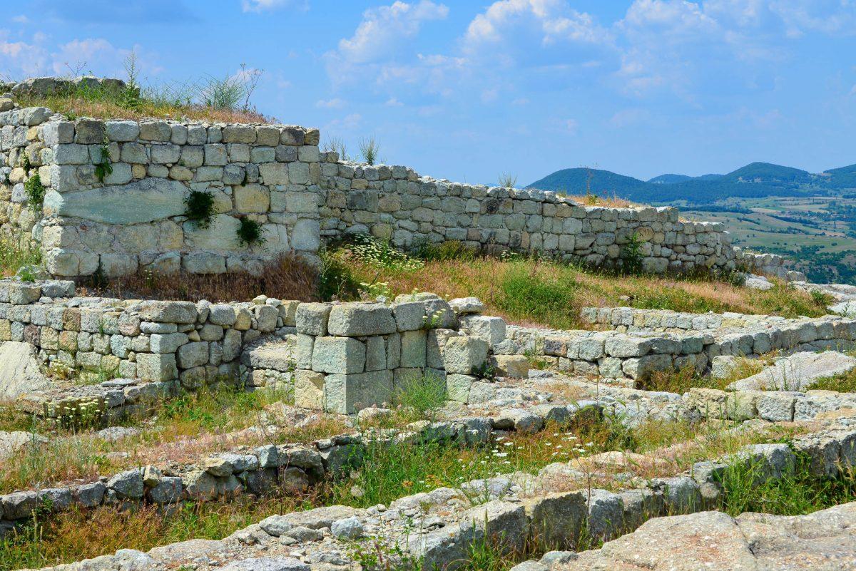 Die Thraker-Kultstätte Perperikon zählt mit sensationeller Aussicht zu den meistbesuchten Sehenswürdigkeiten von Bulgarien - © FRASHO / franks-travelbox