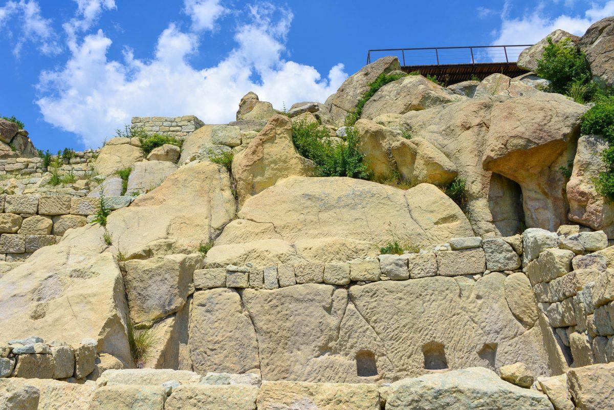 Seine größte Blütezeit erlebte Perperikon unter den Thrakern, die auf dem markanten Hügel eine ihrer heiligsten Kultstätte errichteten, Bulgarien - © FRASHO / franks-travelbox