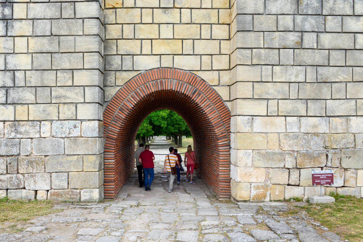 Das Ost-Tor der Festung der historischen Stadt Pliska stellt heute den Haupteingang zur Ausgrabungsstätte dar, Bulgarien - © FRASHO / franks-travelbox