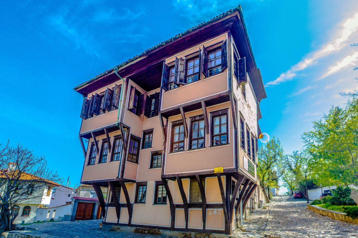 Die detailreich geschmückten Fassaden und der symmetrische Grundriss sind typische Merkmale der so genannten Plovdiv-Häuser, Bulgarien - © pavel dudek / Shutterstock