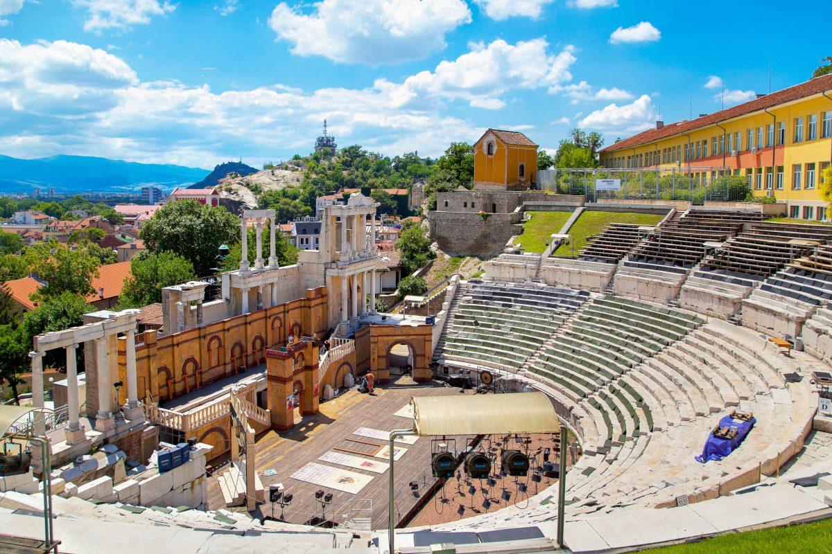 Mit seinen rund 7.000 Sitzplätzen wird das römische Amphitheater von Plovdiv, Bulgarien, auch heute wieder für Open-Air-Vorstellungen verwendet - © photosmatic / Shutterstock
