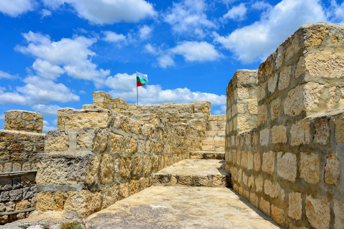 Auf den zinnenbewährten Mauern und unter den restaurierten Türmen der Festung Ovech steigt unweigerlich die Atmosphäre mittelalterlicher Kämpfe empor, Bulgarien - © FRASHO / franks-travelbox