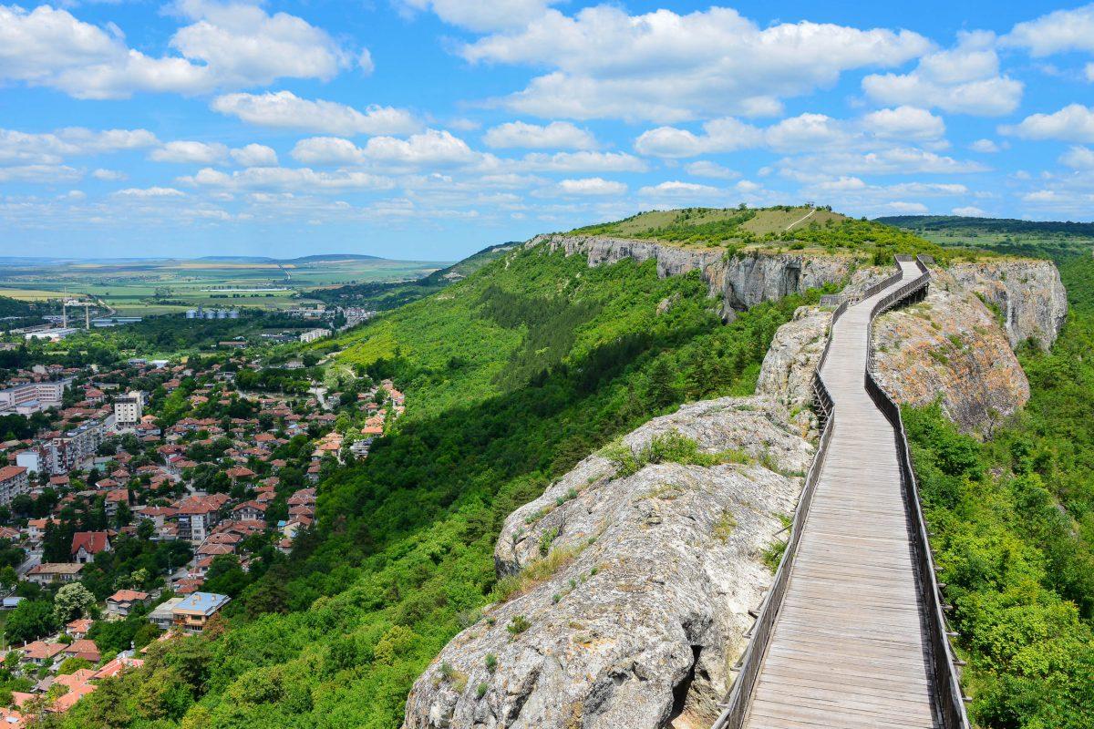 Besonders fantastisch ist die Aussicht von dem 160m langen Holzsteg, der von der Festung Ovech bis zum Tabiite-Plateau führt, Bulgarien - © FRASHO / franks-travelbox