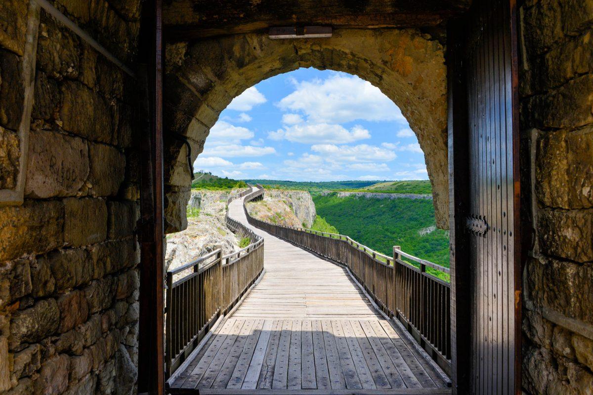 Das Nordtor, welches über eine Holzbrücke zu erreichen ist, und heute der Haupteingang der Festung Ovech, Bulgarien - © FRASHO / franks-travelbox
