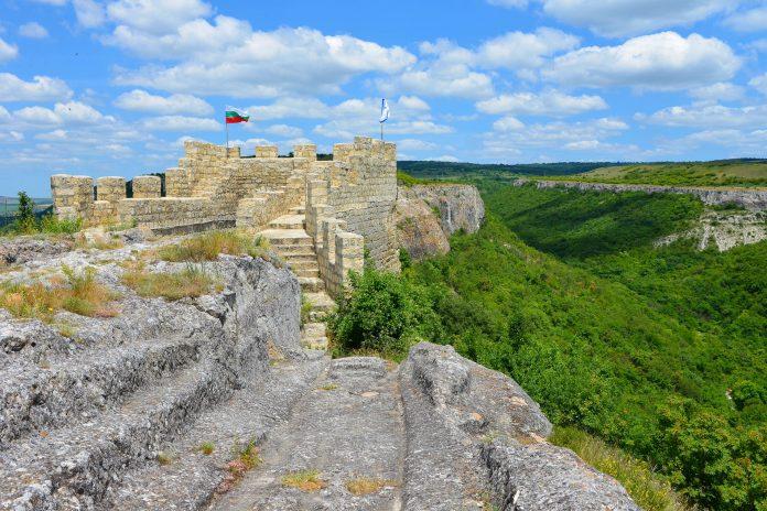 Die sorgfältig restaurierte Festung Ovech im Osten von Bulgarien ist ebenso sehenswert wie der fantastische Ausblick von ihrem Felsplateau - © FRASHO / franks-travelbox
