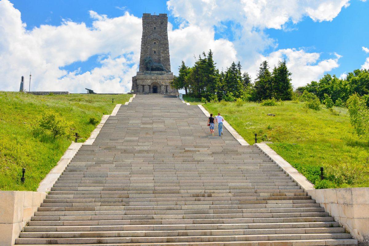 Das größte Denkmal auf dem Schipka-Pass ist 31,5m hoch und kann nach der Besteigung von 890 Stufen auch von innen besichtigt werden, Bulgarien - © FRASHO / franks-travelbox