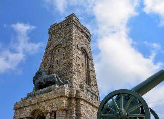 Die Architektur des Freiheitsmonumentes auf dem Schipka-Pass in Bulgarien ist einer mittelalterlichen Befestigungsanlage nachempfunden. - © FRASHO / franks-travelbox