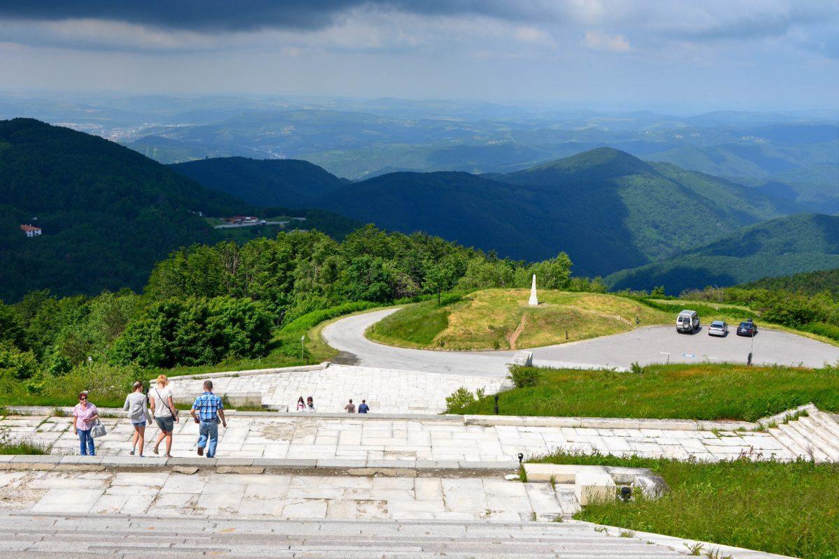 Mehr als 20 weitere Gedenkstätten an die Schlachten um Bulgarien auf dem Schipka-Pass komplettieren das weitläufige Kriegsdenkmal - © FRASHO / franks-travelbox
