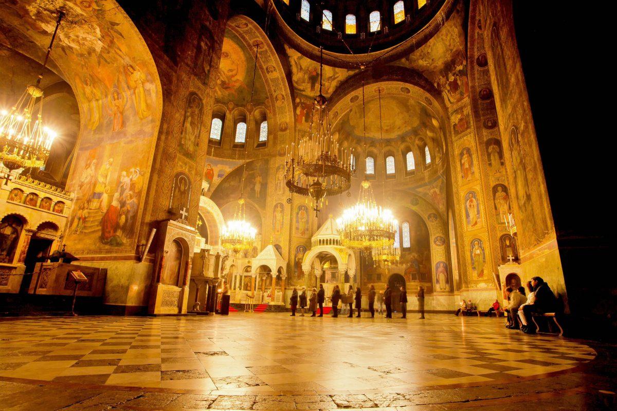Das gesamte Interieur der Alexander-Newski-Kathedrale in Sofia ist mit kostbaren Verzierungen aus Onyx, Alabaster, Gold und Marmor versehen, Bulgarien - © Radiokafka / Shutterstock