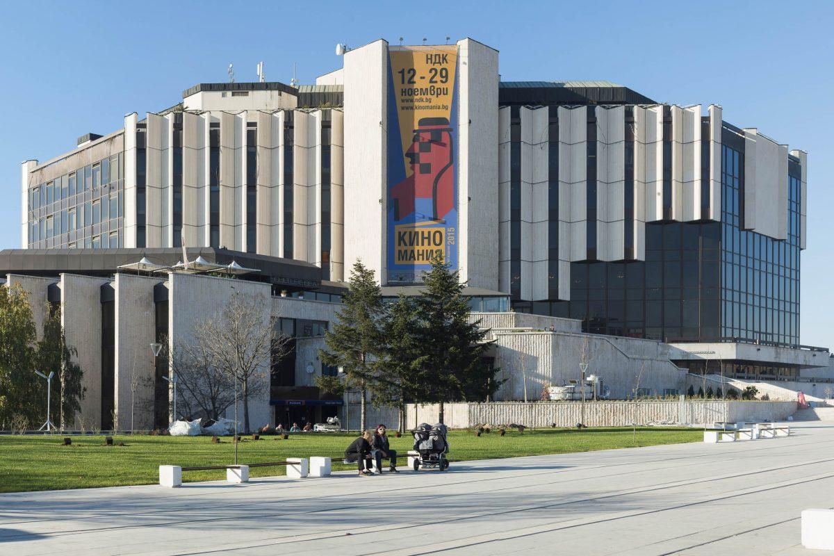 Der 51m hohe Nationale Kulturpalast in Sofia, Bulgarien bietet rund 11.000 Quadratmeter Ausstellungsräumlichkeiten und 15 Multimedia-Säle - © tishomir / Shutterstock
