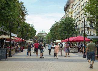 Der Vitosha Boulevard im Herzen der Stadt ist die wichtigste Einkaufsstraße und eine der attraktivsten Fußgängerzonen von Sofia, Bulgarien - © tishomir / Shutterstock