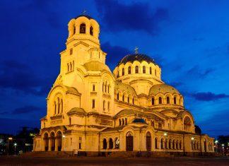 Die Hauptkuppel der Alexander-Newski-Kathedrale erreicht eine Höhe von 45m und wird vom schlankeren Glockenturm noch einmal um 8m überragt, Bulgarien - © Kiril Stanchev / Shutterstock