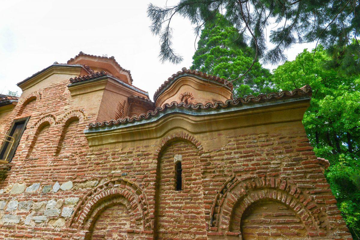 Die schlichte Fassade der Kirche von Bojana in Sofia gibt nur einen kleinen Vorgeschmack auf die Kunstwerke in ihrem Inneren, Bulgarien - © FRASHO / franks-travelbox