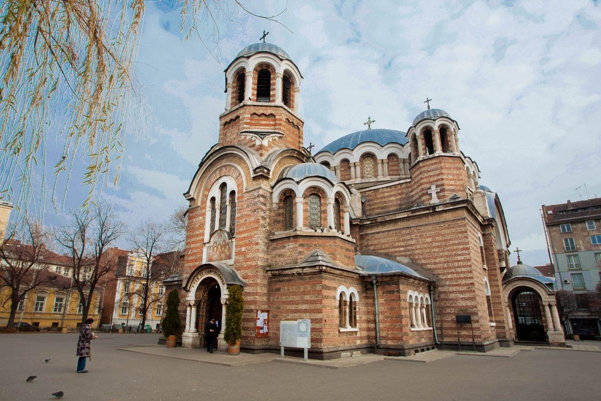 Die Sedmochislenitsi Kirche ist in den wunderschönen Sedmochislenitsi Park im Herzen von Sofia eingebettet, Bulgarien - © Radiokafka / Shutterstock