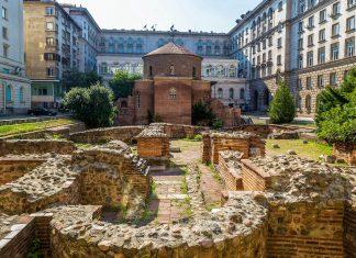 Die ziegelrote Rotonda Sveti Georgi geht bis auf das frühe 4. Jahrhundert zurück und ist damit die älteste römische Kirche in Sofia, Bulgarien - © S-F / Shutterstock