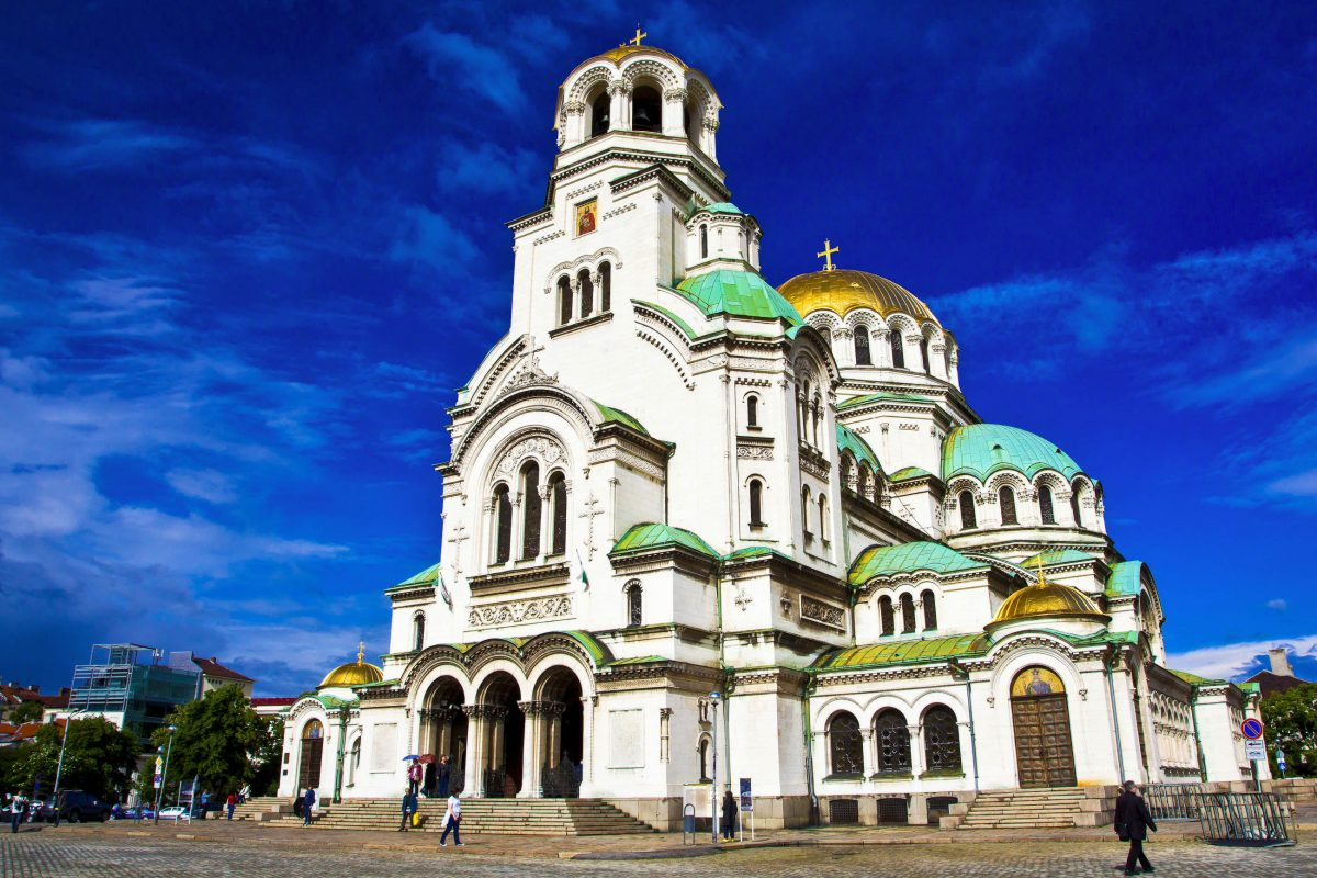 In der eindrucksvollen Alexander-Newski-Kathedrale in Sofia, Bulgarien, finden bis zu 10.000 Gläubige Platz - © Tom Roche / Shutterstock