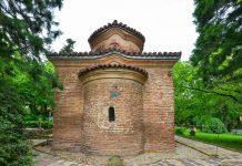 Mit der bulgarisch-orthodoxen Kirche verbirgt sich in Sofias Außenbezirk Bojana ein architektonisches und künstlerisches Kleinod, Bulgarien - © FRASHO / franks-travelbox