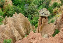 Die nadelförmigen oder konischen Pyramiden von Stob, Bulgarien, sind etwa 30 bis 40 Zentimeter dick und zwischen 6 und 10 Meter hoch - © FRASHO / franks-travelbox