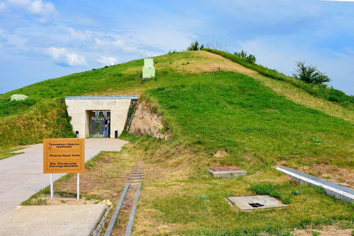 Das aufwändig geschmückte Thraker-Grab von Sveshtari im Nordosten von Bulgarien ist bis heute nahezu vollständig erhalten geblieben - © FRASHO / franks-travelbox