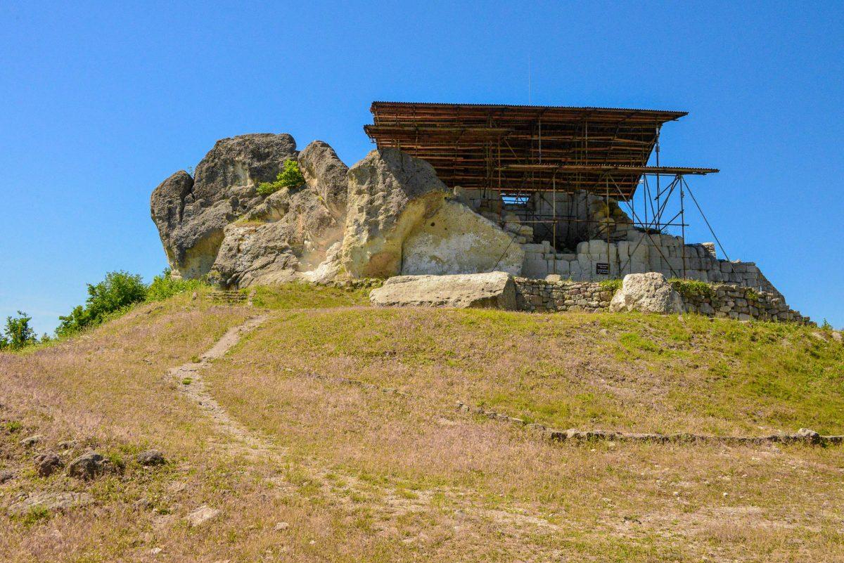 Am Parkplatz angekommen führt ein Fußmarsch von rund einem Kilometer direkt zur Festung von Tatul im Süden von Bulgarien - © FRASHO / franks-travelbox