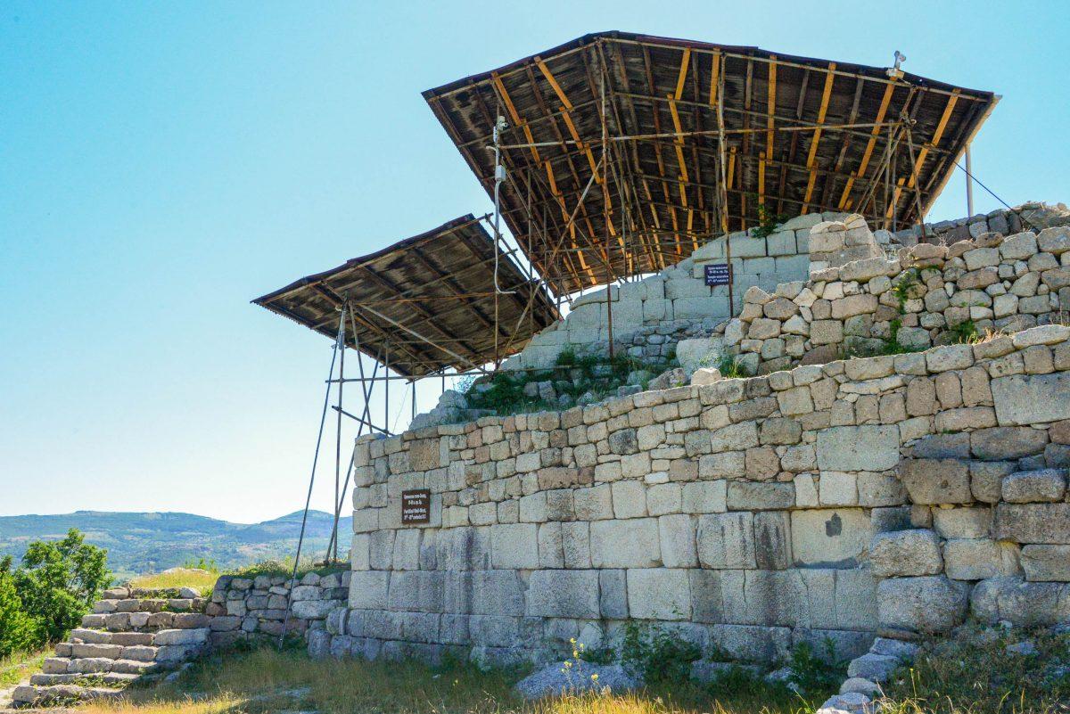 In den vier Jahrhunderten vor Christus wurde der gesamte Hügel des Heiligtums von Tatul mit einer Mauer umgeben, Bulgarien - © FRASHO / franks-travelbox