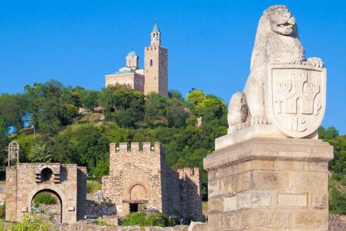 Bereits mehrmals zur schönsten Stadt Bulgariens gewählt lockt Veliko Tarnovo mit jahrhundertealter Architektur und einem breiten kulturellen Angebot - © Nickolay Stanev / Shutterstock