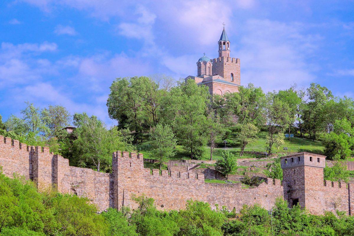 Der gewaltige mittelalterliche Festungskomplex auf dem Hügel Tsarevets in Veliko Tarnovo war einst eine regelrechte Stadt, Bulgarien - © vicspacewalker / Shutterstock