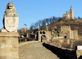 Die Mauern, Türme, Portale und die Patriarchenkirche der Festung Tsarevets in Veliko Tarnovo liefern einen umfangreichen Eindruck eines mittelalterlichen Bollwerks, Bulgarien - © Pen_85 / Shutterstock