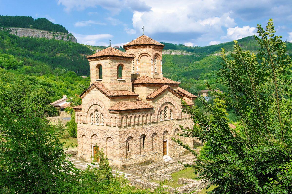 Die Sv-Dimitar-Kirche in Veliko Tarnovo, Bulgarien, beherbergte unter ihren herrlichen Fresken zeitweise die Reliquien des Heiligen Demetrios von Thessaloniki - © ollirg / Shutterstock