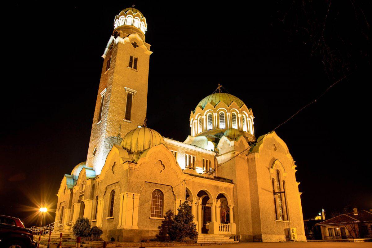 Mit ihrem dominanten Kirchturm und den großen grünen Kuppeln ist Veliko Tarnovos Hauptkirche Sveta Bogoroditsa schon von weitem sichtbar, Bulgarien - © Nataliya Nazarova / Shutterstock