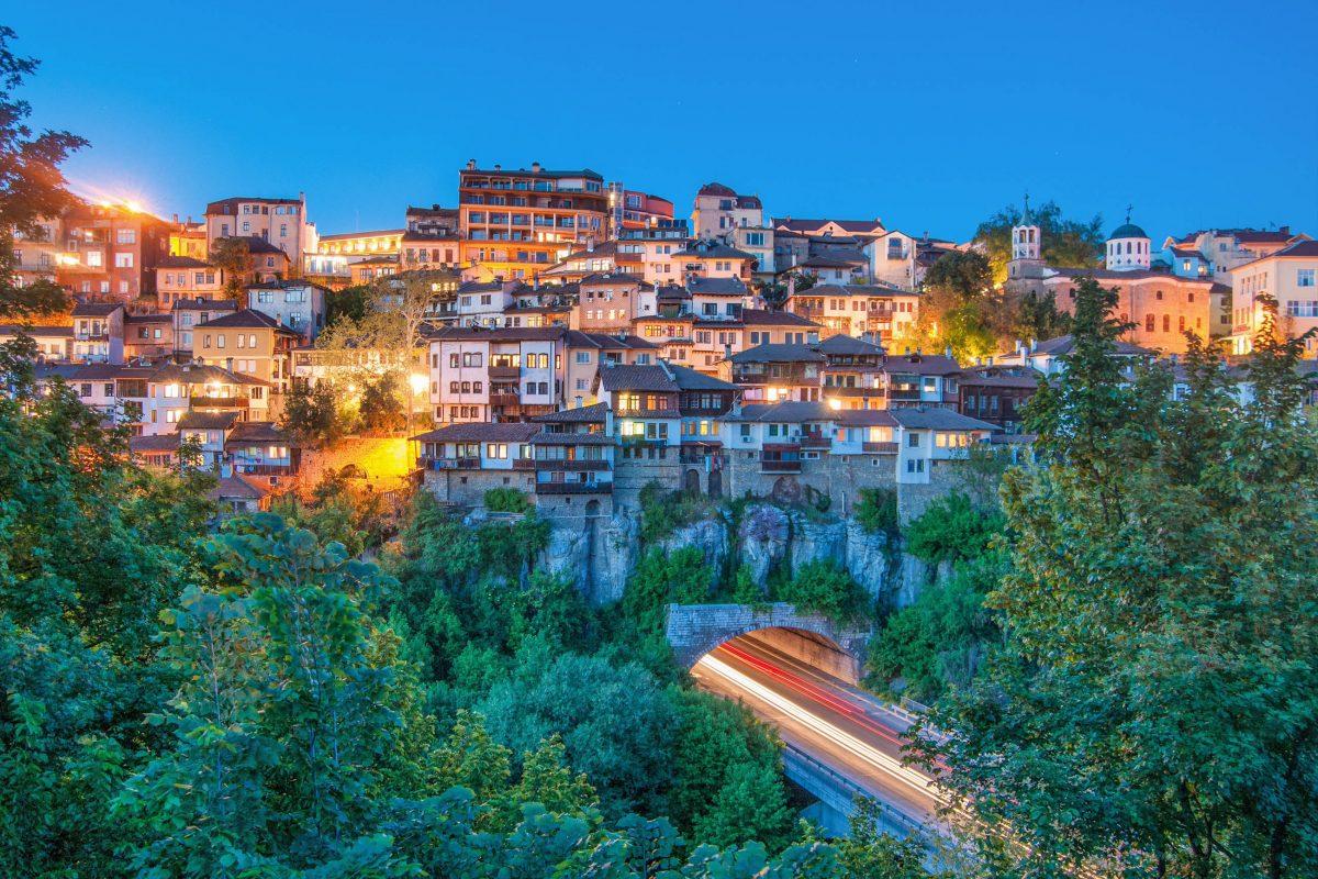 Veliko Tarnovo liegt im Norden von Bulgarien und kann auf eine rund fünftausendjährige Geschichte zurückblicken - © IoanaAlexandraBica/Shutterstock