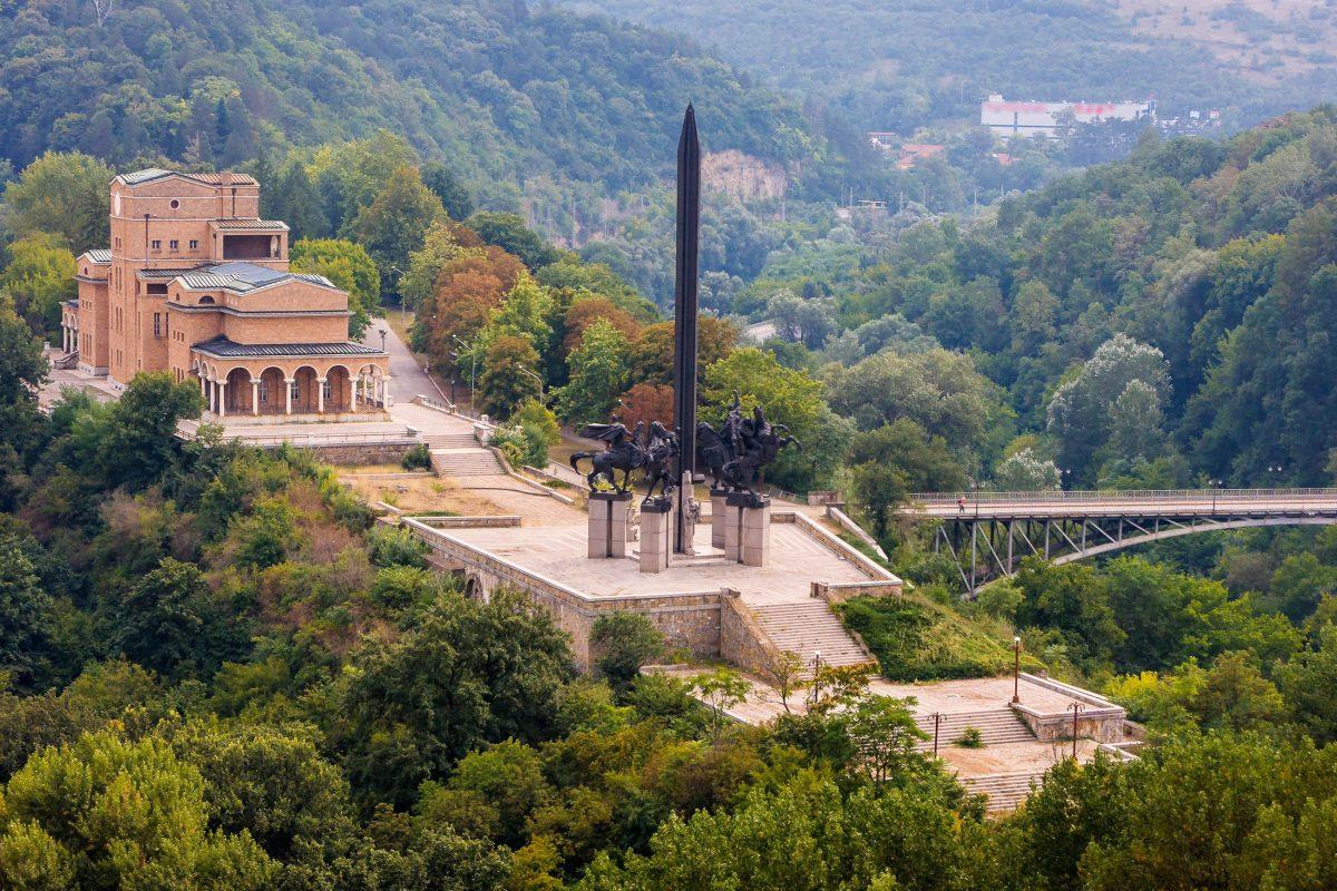 Vor dem Kunstmuseum von Veliko Tarnovo thront das unübersehbare Denkmal der Zarenbrüder Assen, Bulgarien - © Lev Levin / Shutterstock