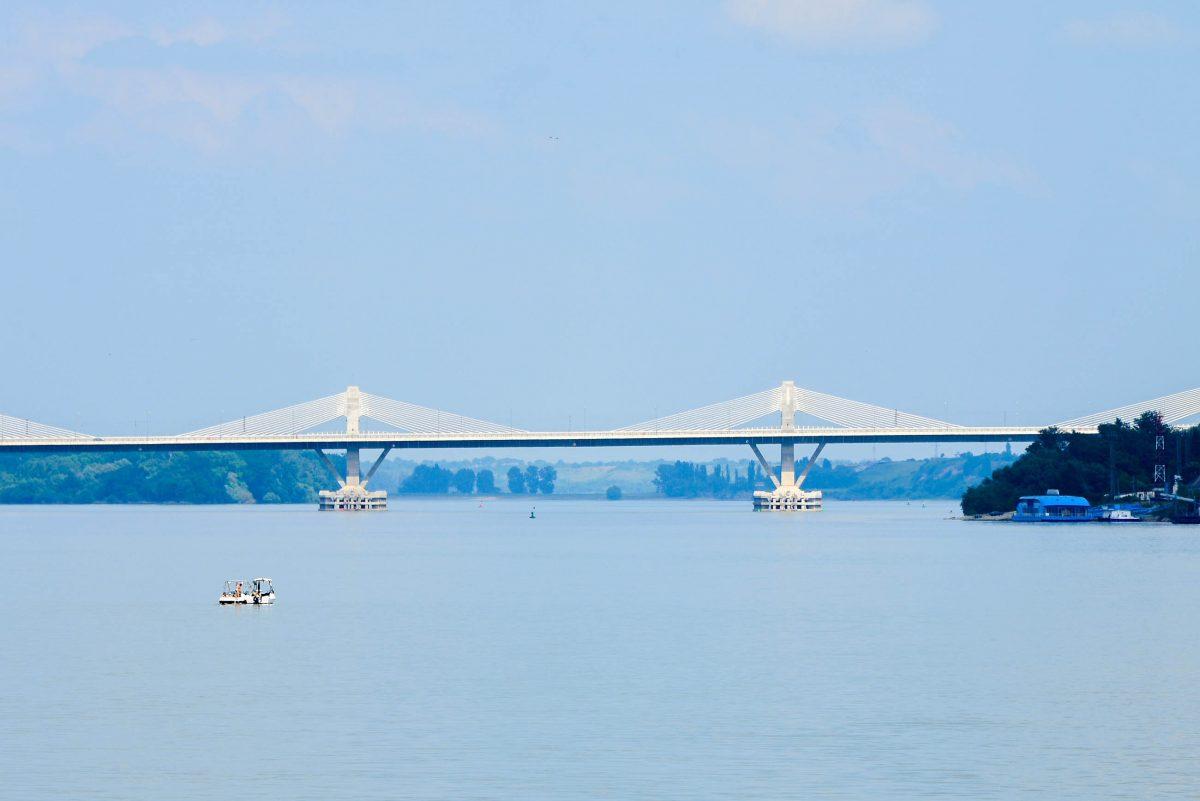 Vom Strand bei der Festung Baba Vida fällt der Blick auf die elegante neue Donaubrücke, die 2013 bei Vidin errichtet wurde, Bulgarien - © FRASHO / franks-travelbox