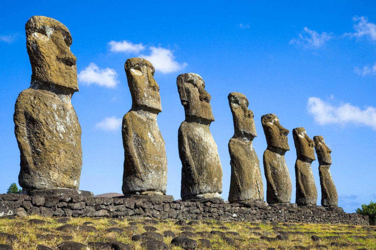 Blick auf sieben Steinstatuen (Moai), die einzige die auf das Meer blicken, Osterinsel, Chile - © Lisa Strachan / Shutterstock