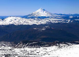 Blick vom Gipfel des Villarrica Vulkans auf das Andenpanorama im zentralen Chile - © Maciej Bledowski / Shutterstock