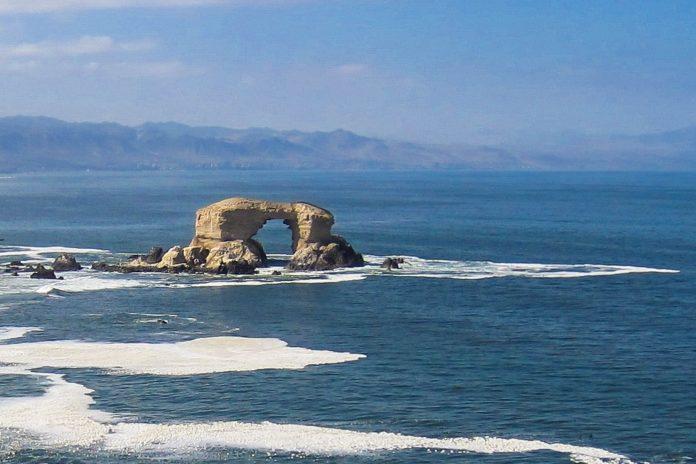 Das faszinierende Felsentor La Portada vor der Küste im Norden Chiles ist in die atemberaubende Landschaft der Steilküste bei Antofagasta eingebettet - © Bihrmann / Shutterstock