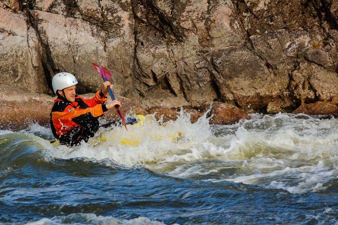 Das Flusstal des Futaleufú ist eine der weltbesten Destinationen für Wildwasser-Rafting eines der schönsten Ökotourismus-Gebiete in Chile - © Nataly Moskovka  / Shutterstock