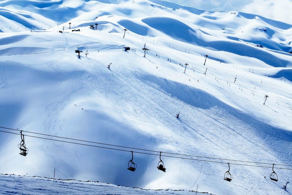 Das kleine Skigebiet Lagunillas in Chile liegt auf ca. 2.500 Höhenmetern in der Provinz Cordillera - © Anna Omelchenko / Shutterstock