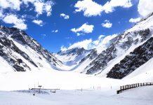 Das Lagunillas-Skigebiet liegt auf ca. 2.500 Höhenmetern in der Provinz Cordillera und ist ab Ende Juni für Wintersportler geöffnet, Chile - © yxm2008 / Shutterstock