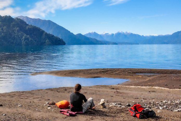 Der Lago Todos Los Santos ist Teil von Chiles ältestem Nationalpark und lockt Urlauber mit fantastischer Natur fernab von Zivilisation - © Hugo Brizard - YouGoPhoto / Shutterstock