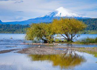 Der Villarrica Vulkan gehört zu den beliebtesten Sehenswürdigkeiten von Chile und lockt mit wilder Schönheit und atemberaubendem Anden-Panorama  - © HugoBrizard-YouGoPhoto/Shutterstock
