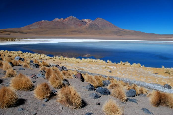 Die Atacama Salzwüste mit See, Chile - © eccolo / Fotolia