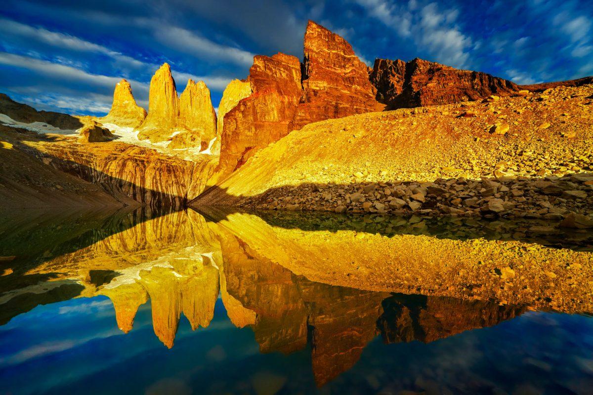 """Die berühmtesten Berge des Parks sind die """"Cuernos"""" (""""Hörner"""") und """"Torres"""" (""""Türme""""), die aus jeweils drei Gipfeln bestehen - © Pichugin Dmitry / Shutterstock"""
